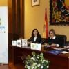 De izquierda a derecha: Carmen Guerrero, coordinadora de proyectos del Área de Cultura Científica del CSIC, Isabel Gómez, alcaldesa de Ubrique, y Rafael Herrador, director territorial de Caixabank en Andalucía Occidental.